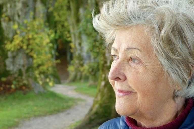 Tagli, colori e acconciature per donne di 65 anni: ecco il colore capelli per donne mature più adatto