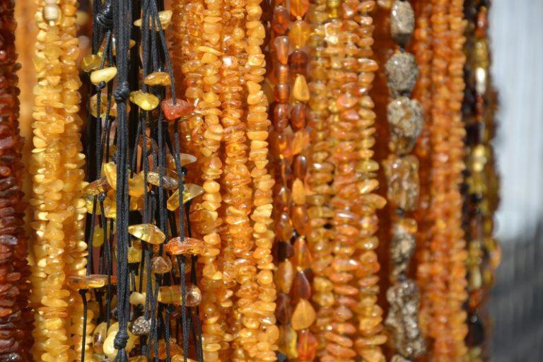 La collana di ambra baltica per i bambini: a che cosa serve?