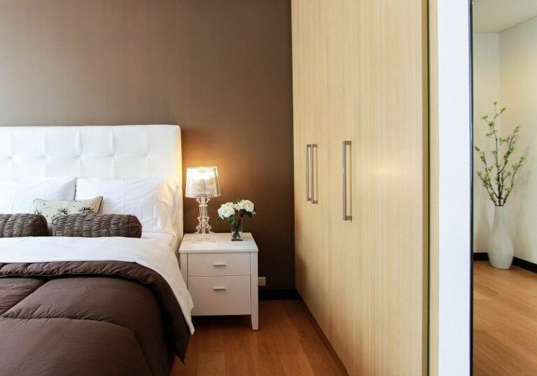 Come scegliere la giusta illuminazione in una camera da letto moderna